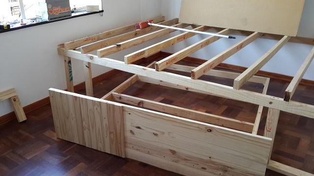 esta estrutura de madeira transforma um quarto pequeno em algo fant stico a ideia brilhante. Black Bedroom Furniture Sets. Home Design Ideas