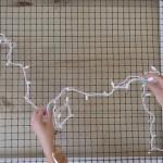 Ela começa a colocar luzes numa rede… Mas o resultado final é impressionante! Vai adorar!