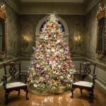 Decorar a árvore de Natal com flores está na moda. Os resultados são incrivelmente belos
